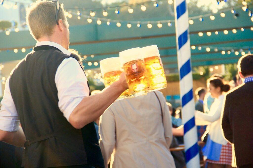 camarero sirviendo cervezas,con atención al cliente